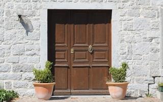Все об однопольных и двупольных дверях