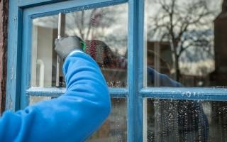 Как мыть матовые стекла на дверях