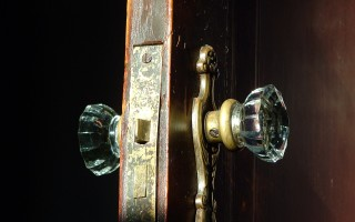 Что делать если межкомнатная дверь плохо закрывается