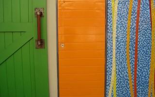 Как наклеить самоклеющуюся пленку на дверь