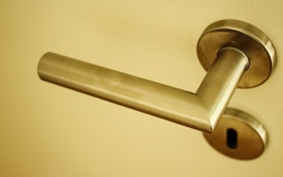 Выбор накладного замка для металлической двери