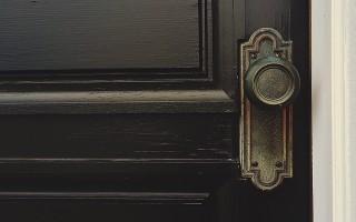 Двери из массива сосны — преимущества и недостатки