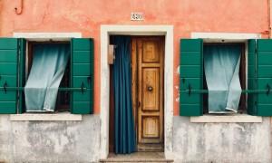 Отделка дверного проема доборами и наличниками