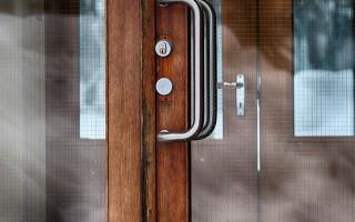 Разновидности выбора влагостойких дверей