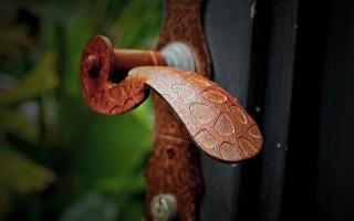 Какая фурнитура для дверей межкомнатных лучше