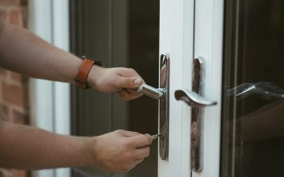 Как выбрать пластиковые двери на балкон